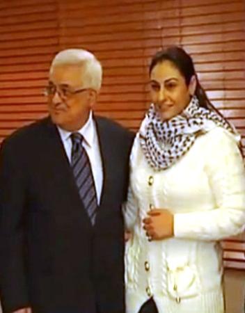 Il presidente dell'Autorità Palestinese Mahmoud Abbas (Abu Mazen) in compagnia della terrorista Amana Muna, scarcerata nel quadro del ricatto palestinese per la liberazione dell'ostaggio Gilad Shalit. Nel gennaio 2001 Amana Muna, con alcuni complici, sequestrò e uccise a sangue freddo il 16enne israeliano Ofir Rahum attirandolo in una trappola con profferte sessuali via internet.