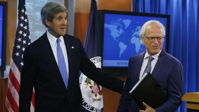 Il segretario di stato Usa John Kerry con l'ex ambasciatore americano in Israele Martin Indyk, nominato inviato degli Stati Uniti per i colloqui di pace israelo-palestinesi