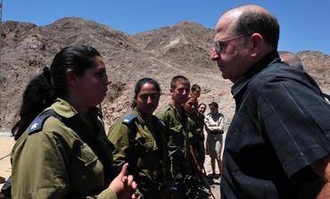 Il ministro della difesa israeliano Moshe Ya'alon sul confine con l'Egitto lo scorso 23 luglio