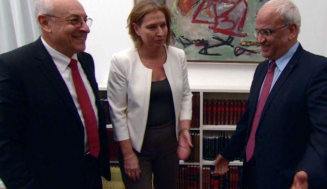 I negoziatori israeliani Isaac Molho e Tzipi Livni e il capo negoziatore palestienese Saeb Erekat in un recente incontro a Gerusalemme