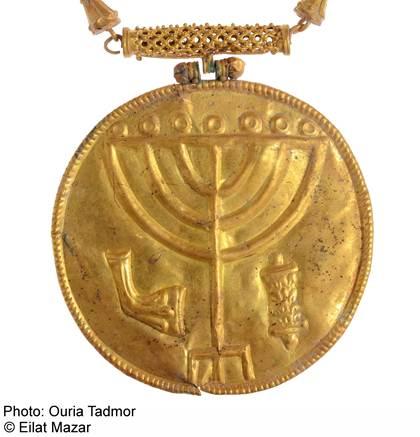 Il medaglione con incisi Shofar, Menorah e rotolo della Torah