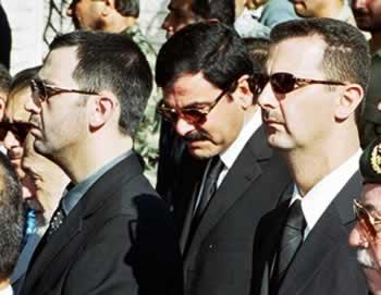 Da sinistra a destra: Maher al-Assad, Assef Shawqat e Bashar al-Assad durante i funerali del padre Hafez al-Assad, giugno 2000