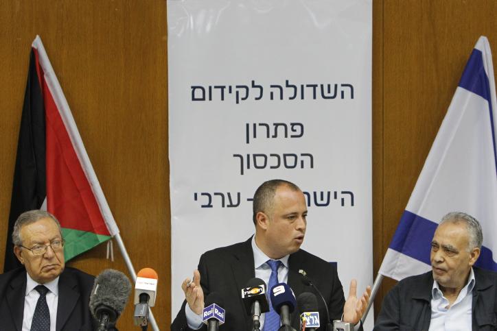 31 luglio 2013 – Delegazione palestinese ospite alla Knesset del Comitato parlamentare israeliano per la soluzione del conflitto arabo-israeliano