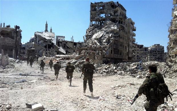 Soldati siriani delle forze governative nel quartiere Khalidiyah di Homs