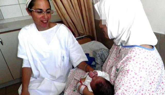 La madre siriana (a destra) con il suo neonato e un membro dello staff dello Ziv Medical Center di Safed (Israele).