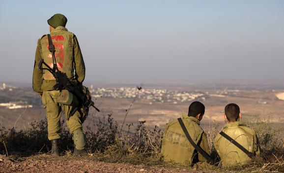 Soldati israeliani sulle alture del Golan in servizio di guardia al confine con la Siria