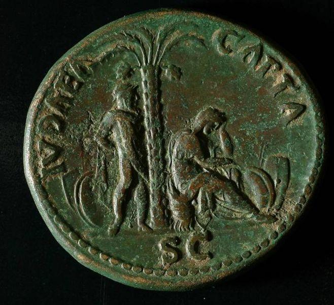 """Una moneta della """"Judea Capta"""" con cui i Romani celebravano la vittoria nella """"guerra giudaica"""" (66-70 e.v.). Gesù di Nazareth non si sarebbe mai definito """"palestinese"""" in nessuna accezione del termine, che venne imposto dai Romani un secolo più tardi."""