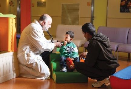 Il piccolo siriano di 4 anni Mohammed Hamudi, con il padre e il dottor Dudi Mishali