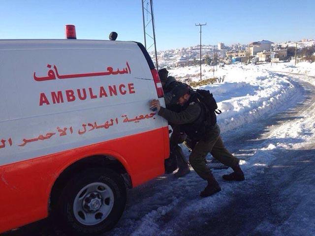 Soldati israeliani in aiuto di un'ambulanza palestinese
