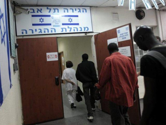 Immigrati africani all'ufficio immigrazione di Tel Aviv