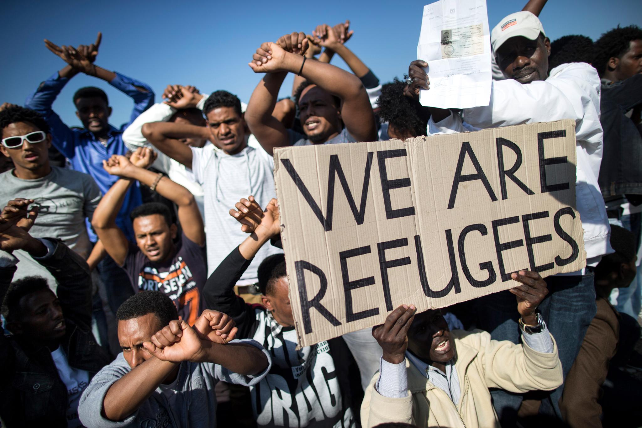 Protesta di immigrati illegali davanti alle ambasciate straniere a Tel Aviv