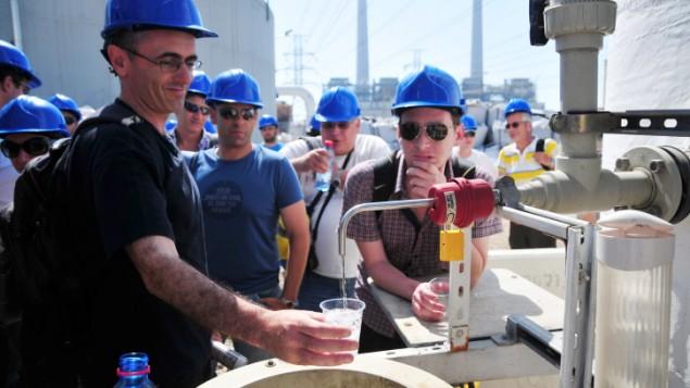 Visitatori assaggiano l'acqua prodotta dall'impianto di desalinizzazione di Hadera