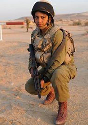 Mentre gli arabi cristiani fuggono da Iraq, Siria, Egitto, Autorità Palestinese, in Israele vi sono arabe cristiane arruolate volontarie che comandano unità delle forze armate
