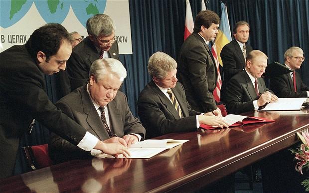 5 dicembre 1994: la firma del Memorandum di Budapest. Da sinistra, Boris Yeltsin (Russia), Bill Clinton (Usa), Leonid Kuchma (Ucraina) e John Major (Regno Unito)