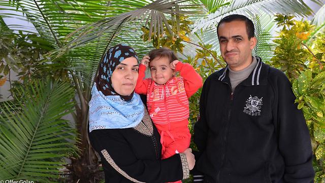 La piccola Lian fra la madre Maisa e il padre Khaled