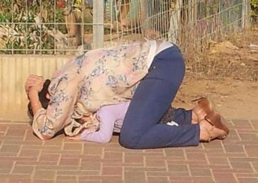 Una madre israeliana che non è riuscita a raggiungere in tempo un rifugio fa scudo al figlio con il proprio corpo durante un attacco di razzi palestinesi da Gaza