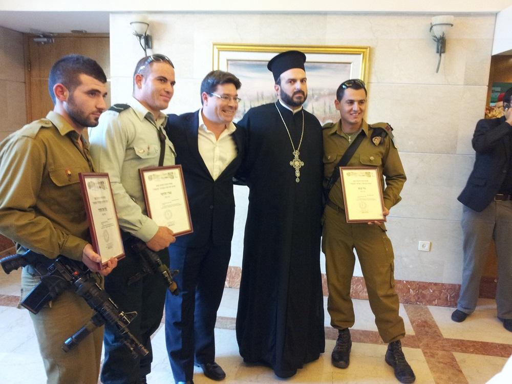 Soldati cristiani delle Forze di Difesa israeliane ricevuti alla Knesset, accompagnati da padre Gabriel Nadaf