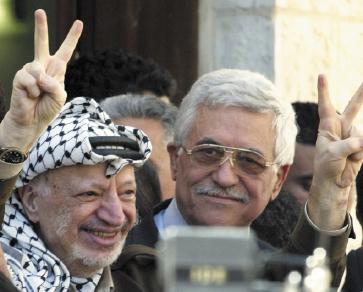 Yasser Arafat e Abu Mazen di ritorno dal fallito vertice di Camp David. «Poi Bill Clinton indicò Arafat come responsabile del fallimento del summit. Ma la verità è che Yasser Arafat fu più flessibile di quanto non fossi io, a Camp David» (Abu Mazen, intervista al quotidiano giordano Al-Rai, 27.9.2004)