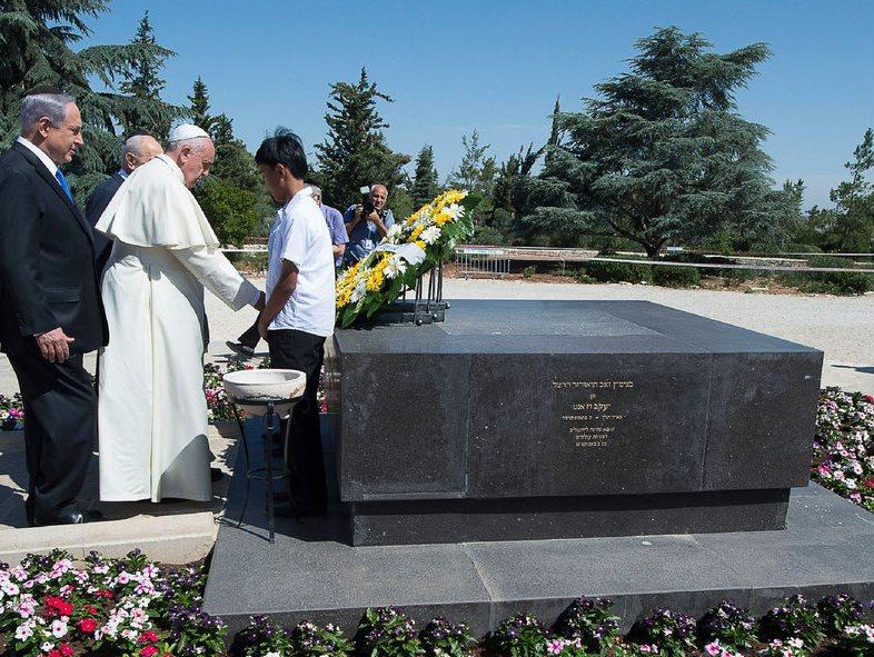 Lunedi scorso papa Bergoglio è stato il primo Papa nella storia ad aver deposto una corona di fiori bianchi e gialli (i colori della bandiera del Vaticano) sulla tomba di Theodor Herzl, il fondatore del sionismo politico, sul Monte Herzl di Gerusalemme