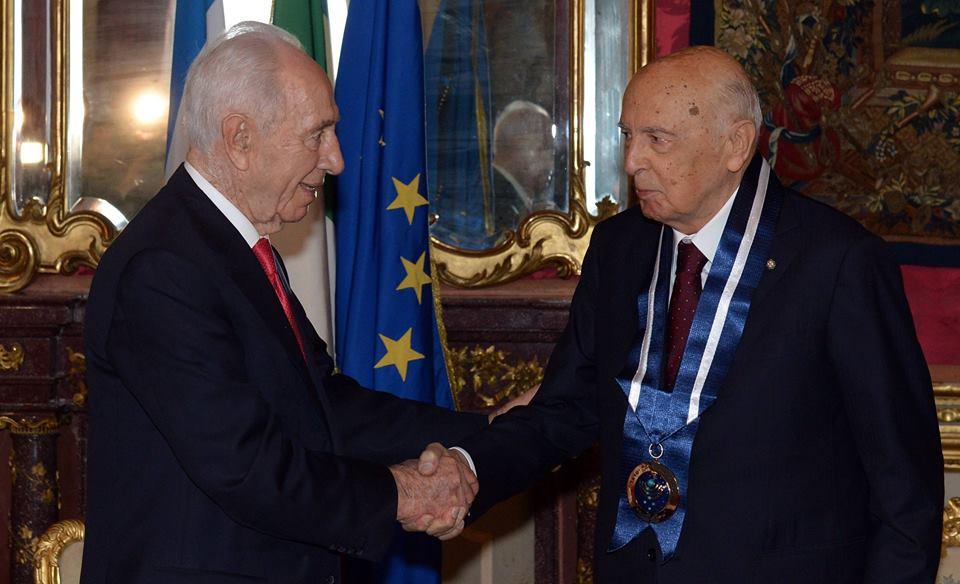 9.6.14 - Shimon Peres conferisce al presidente della Repubblica Italiana Giorgio Napolitano la Medaglia di Distinzione dello Stato d'Israele
