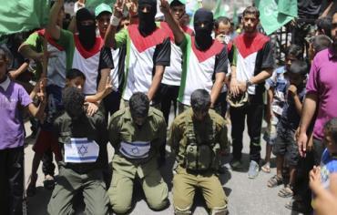 20 giugno, striscia di Gaza: sostenitori di Hamas mettono in scena il rapimento dei tre ragazzi israeliani falsamente rappresentanti come soldati