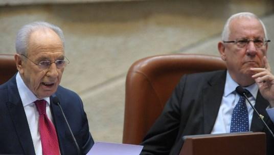 Il presidente israeliano uscente Shimon Peres e il presidente neo-eletto Reuven Rivlin