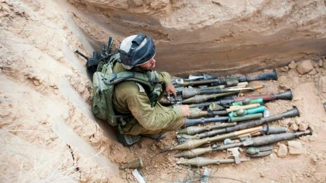 Una parte delle armi di cui era munito il commando di terroristi Hamas che giovedì mattina ha tentato di infiltrarsi per compiere un attentato nel kibbutz Sufa