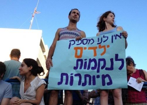 """Gerusalemme 2 luglio 2014, manifestazione di israeliani contro la campagna della """"vendetta"""". Sul cartello: """"Non abbiamo abbastanza figli per inutili vendette"""""""