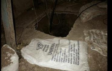L'ingresso di un tunnel dei terroristi nascosto sotto gli aiuti Unrwa (Agenzia Onu per i profughi palestinesi)