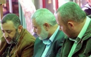 Abu Shmallah (a sinistra) con al-Attar (a destra) e il capo politico di Hamas a Gaza, Ismail Haniyeh.