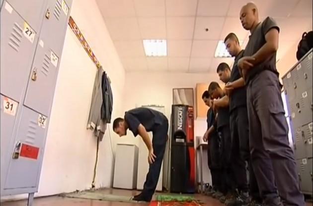 Pausa preghiera per lavoratori palestinesi in una fabbrica israeliana nella zona di Ma'ale Adumim