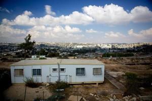 Precarie abitazioni temporanee per immigrati etiopi e russi a Givat Hamatos