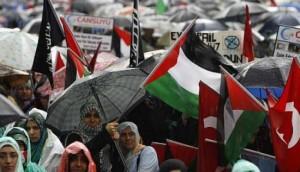 Bandiere ISIS e palestinesi ad una recente manifestazione anti-israeliana in Olanda