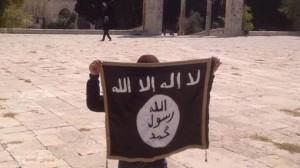 Foto su Twitter della bandiera ISIS esibita a fine agosto sulla spianata del Monte del Tempio, a Gerusalemme