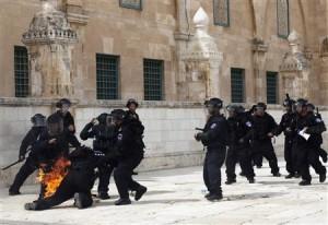 Poliziotto israeliano in servizio sulla spianata del Monte del Tempio colpito d un ordigno incendiario paletsinese