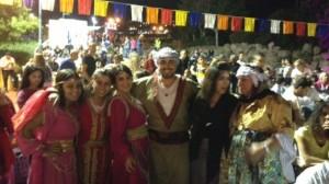 Un corpo di ballo composto da ebrei curdi siriani alle celebrazioni della Saharana 2014. A destra, XXxx