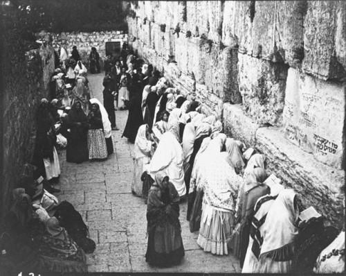 """1905 - ebrei in preghiera al """"Muro del pianto"""" nell'angusto spazio concesso loro dalle autorità islamiche davanti al Muro del pianto"""