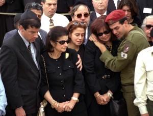 Yuval Rabin (a sinistra) ai funerali del padre (Gerusalemme, 1995)