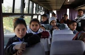I bambini palestinesi bloccati domenica scorsa da Hamas sull'autobus al valico di Erez fra Haza e Israele