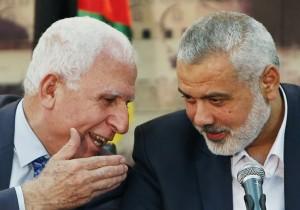 Il rappresentante di Fatah Azzam al-Ahmad (a sin.) e il capo di Hamas Ismail Haniyeh