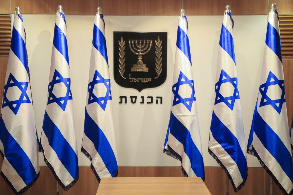 Bandiere e stemma dello Stato alla Knesset, il parlamento israeliano