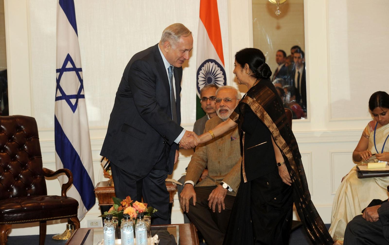 Il primo ministro israeliano Benjamin Netanyahu incontra la ministra degli affari esteri indiana Sushma Swaraj lo scorso 28 settembre a New York. Tra loro, il primo ministro indiano Narendra Modi