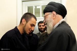 Jihad Mughniyeh ( sinistra) con la Guida Suprema iraniana, l'ayatollah Ali Khamenei