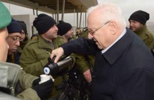 Il Presidente israeliano Reuven Rivlin porta caffè caldo ai soldati in servizio, durante l'ondata di maltempo di quest'inverno.