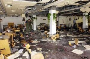 La caffetteria dell'Università di Gerusalemme dopo l'attentato del 30 luglio 2002