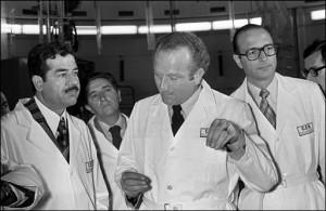 Saddam Hussein (sinistra) con Jacques Chirac durante la vista a un reattore francese nel 1975