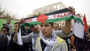 Una manifestazione di attivisti arabi israeliani a Giaffa