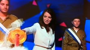 Lucy Aharish accende una torcia nella cerimonia di apertura della scorsa Gionata dell'Indipendenza