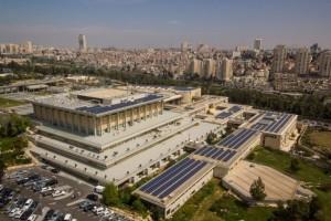 Veduta aerea della Knesset, a Gerusalemme, con i pannelli solari sul tetto e sugli edifici adiacenti