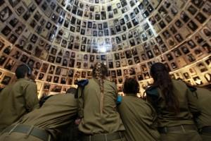 Soldatesse israeliane a Yad VaShem, il  memoriale della Shoà a Gerusalemme